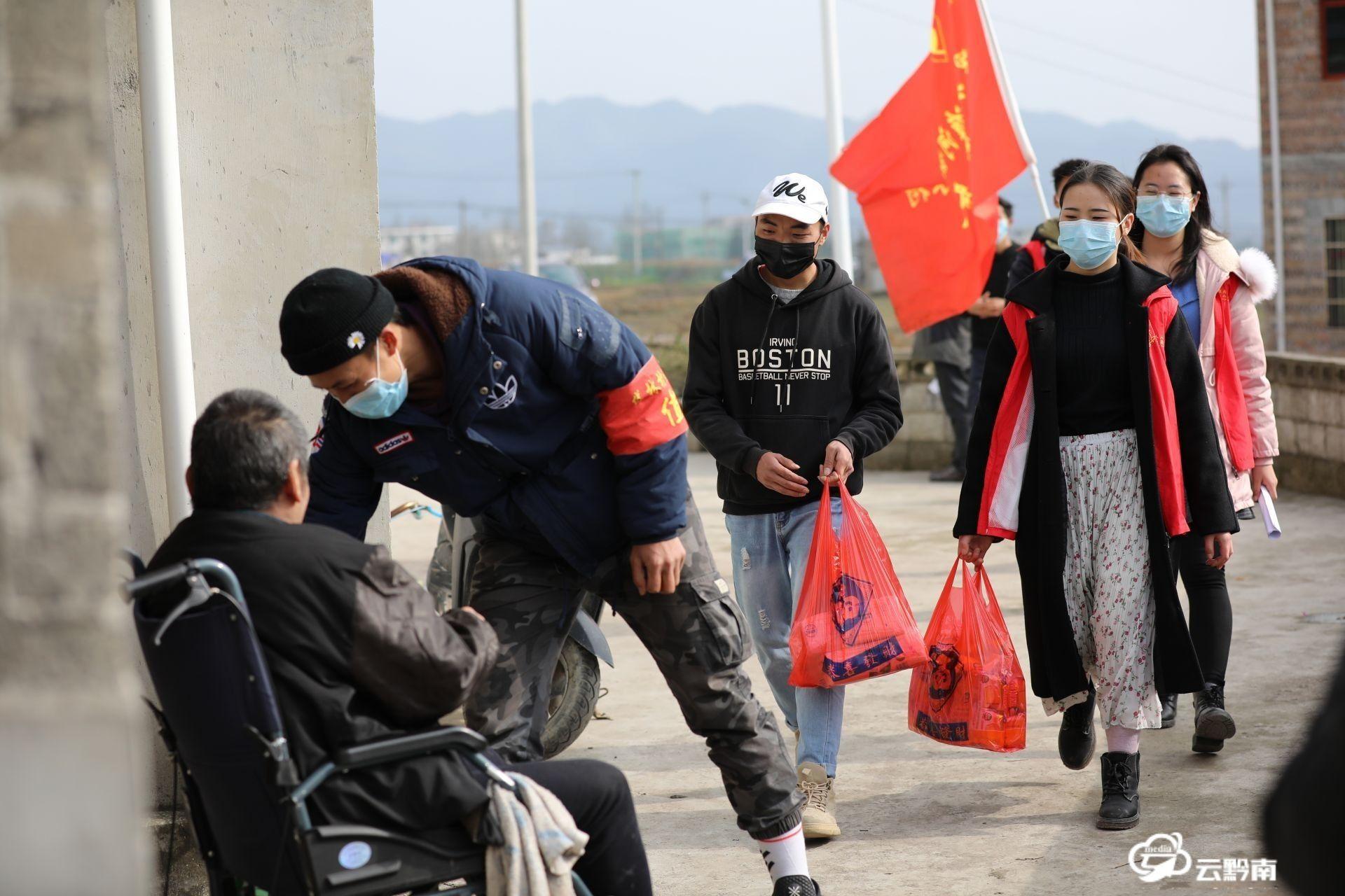 """龍里:大學生志愿者""""雙語""""宣傳進村寨"""